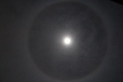 かさをかぶった月